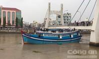 Giải cứu thành công tàu 715CV mắc kẹt dưới cầu lớn nhất Phan Thiết