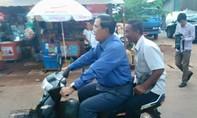 Thủ tướng Campuchia vui vẻ đóng phạt vì không đội mũ bảo hiểm