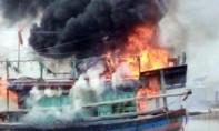 Một tàu cá cháy rụi trong lúc đang neo đậu tại cảng