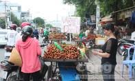 Chợ tự phát 'mọc như nấm' ngay giữa đường tại TP.HCM