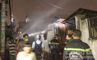 Mắc kẹt trong nhà đang cháy, vợ chồng cụ ông 70 tuổi la hét, cầu cứu.