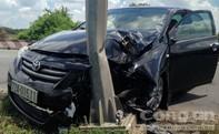Ô tô 4 chỗ mất lái tông vào cột điện, hai người thoát chết
