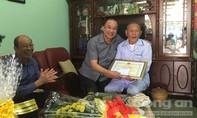 Giám đốc CATP thăm và tặng quà cho Đảng viên cao tuổi