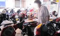 Mượn ô tô của bạn để đi lừa đảo xe máy ở cửa hàng