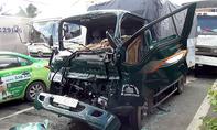 Tai nạn liên hoàn 5 xe ô tô, tài xế kẹt cứng trong cabin