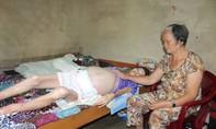 Thắt lòng cảnh cụ bà 72 tuổi nuôi con bạo bệnh