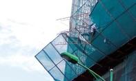 Mưa lớn, giàn giáo công trình ở tầng 20 đổ sập