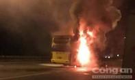 Ô tô khách giường nằm tuyến La Gi - TP.HCM bốc cháy dữ dội trên QL51