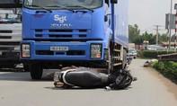 Xe tải kéo lê xe máy trên đường, hai người nguy kịch