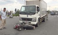 Xe tải cuốn người và xe máy vào gầm trên quốc lộ