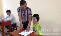 Cô bé khuyết đôi tay, làm bài thi bằng… chân