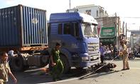 Xe container cán chết người phụ nữ băng qua đường