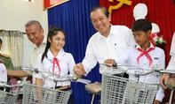 Phó Thủ tướng Trương Hòa Bình trao quà cho học sinh nghèo hiếu học tại Quảng Nam, Quảng Ngãi