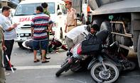 Xe cấp cứu và xe ben tông nhau, nhiều người bị thương