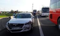 Xe khách va chạm ô tô, hành khách hoảng vía