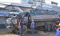 Xe ben tông trực diện xe bồn, tài xế kẹt cứng trong cabin
