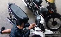 Clip: Tên trộm 'hì hục' bẻ khoá xe máy Sirius giữa ban ngày