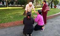 Mẹ của Vũ Văn Tiến quỳ xin lỗi cha nạn nhân ở sân tòa