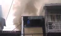 Bốn người tháo chạy trong căn nhà bốc cháy ở trung tâm Sài Gòn