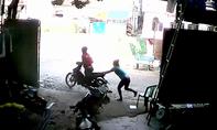 Tên cướp bỏ lại xe máy sau giật được điện thoại