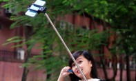 """Bị giật mất điện thoại vì chụp ảnh bằng gậy """"tự sướng"""""""