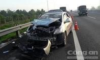 Taxi chở người bệnh về quê gặp nạn trên cao tốc, 2 người bị thương