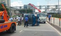 Xe tải lật trên cầu Sài Gòn, giao thông cửa ngõ phía Đông kẹt cứng