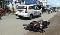 Nâng xe taxi giải cứu người đàn ông kẹt dưới gầm ở Sài Gòn
