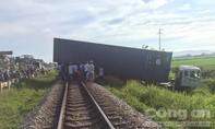 Đường sắt Bắc – Nam tê liệt nhiều giờ vì xe container nằm vắt ngang