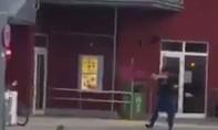 Clip: Khoảnh khắc nghi phạm nổ súng về phía mọi người ở trung tâm thương mại