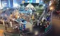 Xe 'điên' lao vào đền Erawan ở Bangkok, 6 người bị thương