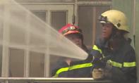 Cháy nhà trong hẻm sâu, người dân nháo nhào chạy ra đường lớn