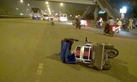 Xe máy vướng tay lái vào xe lăn điện, 1 phụ nữ khuyết tật nguy kịch