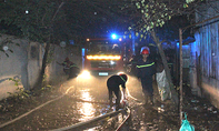 Hàng chục lính cứu hỏa dầm mưa chữa cháy trong đêm