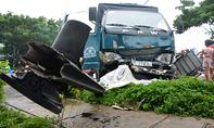 Xe tải cuốn 4 xe máy ở Sài Gòn, 3 người thương vong