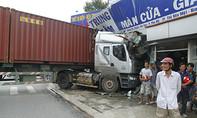 Container tông sập tường cửa hàng nội thất, 3 người thoát chết