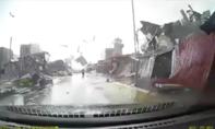 Clip: Lốc xoáy 'tàn phá' hàng loạt ngôi nhà, người dân bỏ chạy tán loạn