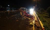 Xe ô tô tông xe tang, 2 người bị thương