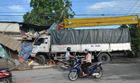Xe tải tông nhà dân, cuốn theo người đàn ông chạy xe ôm vào gầm