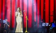 Ca sĩ Thanh Thảo vướng đầm lộng lẫy suýt vấp ngã trên sân khấu
