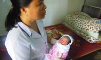 Phát hiện bé gái sơ sinh bị bỏ rơi trước cổng chùa