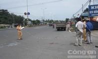 Xe máy tông container, hai người bị thương nặng