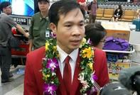 Đông đảo người hâm mộ ra sân bay đón Hoàng Xuân Vinh