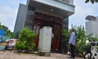 Dân bức xúc vì bị bốt điện, hố ga chắn trước cửa nhà