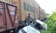 Tàu hỏa tông ô tô, 5 người thương vong