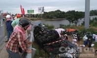Người dân nhặt hàng tấn trái cây giúp tài xế xe tải bị lật