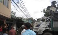 Xe tải lao dốc tông vào nhà dân