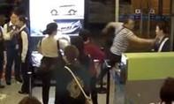 Khách hạng thương gia tát bầm mặt nữ tiếp viên hàng không