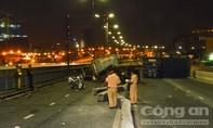 Container húc văng chục mét dải phân cách trên cầu Sài Gòn