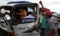 Tông đuôi container, tài xế xe tải kẹt cứng trong cabin biến dạng